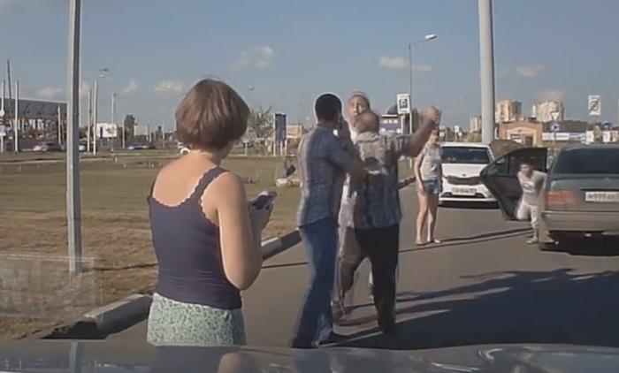 ВОмске на стоянке у«Меги» подрались два водителя