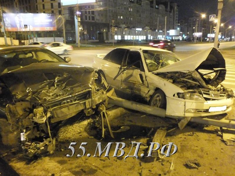 ВОмске случилось ДТП, после которого автоледи едва извлекли измашины