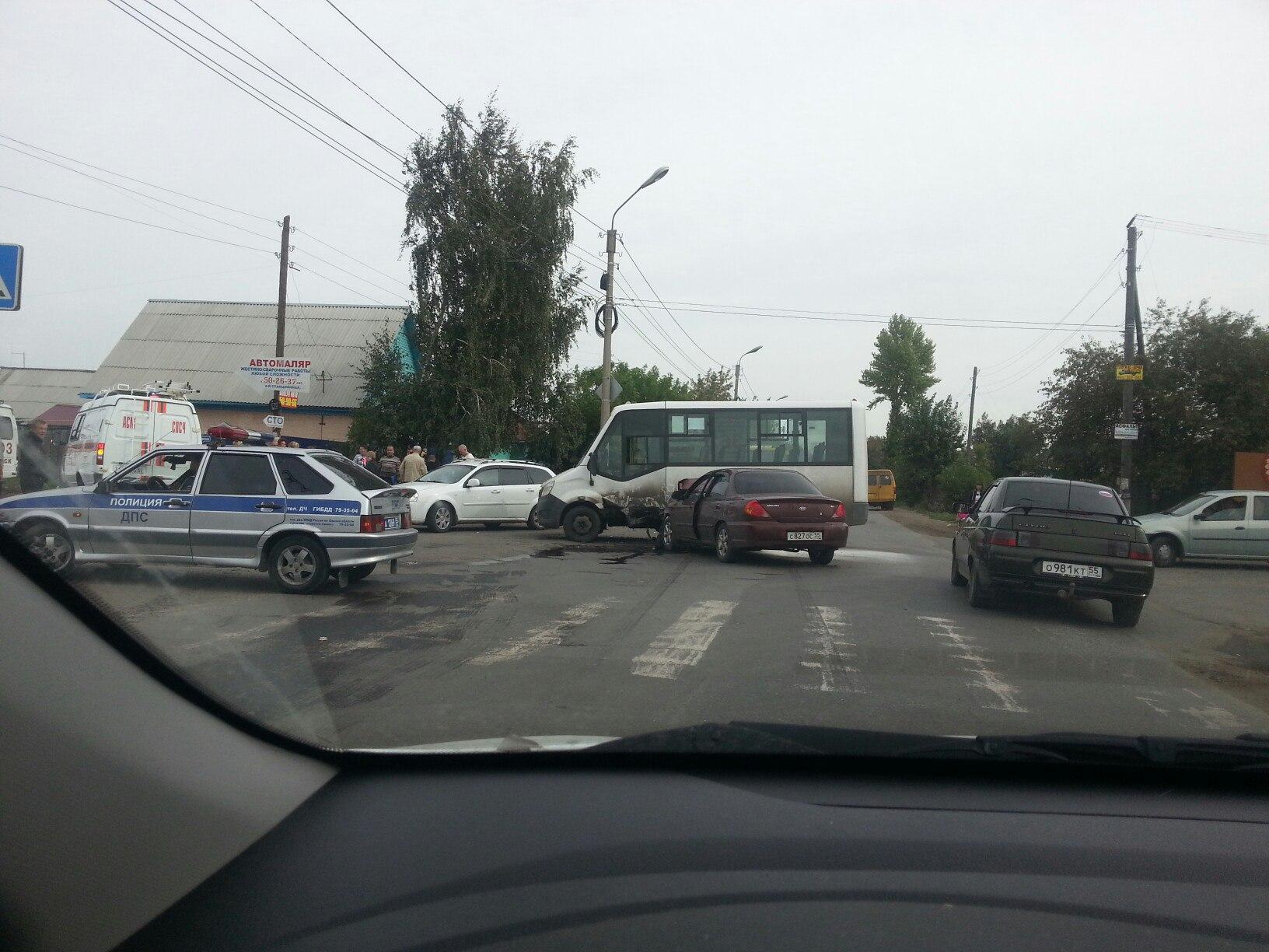 ВОмске столкнулись иностранная машина имаршрутка— пострадали 6 человек