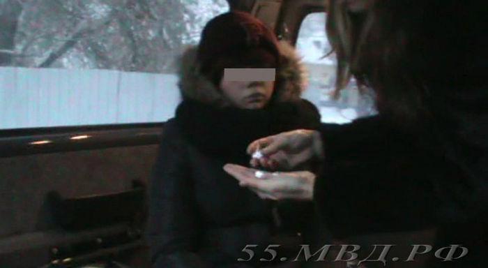 ВОмске школьница после уроков делала закладки снаркотиками