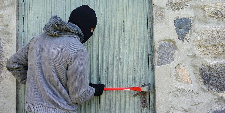 Омичка ограбила квартиру соседки, которая потеряла ключи