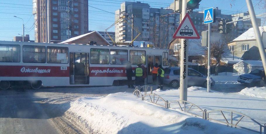 ВОмске трамвай сфотовыставкой попал вДТП
