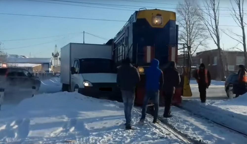 ВОмске нажелезнодорожных путях столкнулись тепловоз игрузовая «Газель»