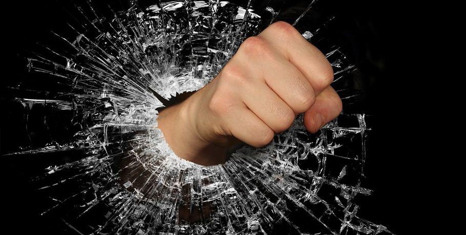 Охранник омского кафе избил иограбил гостя