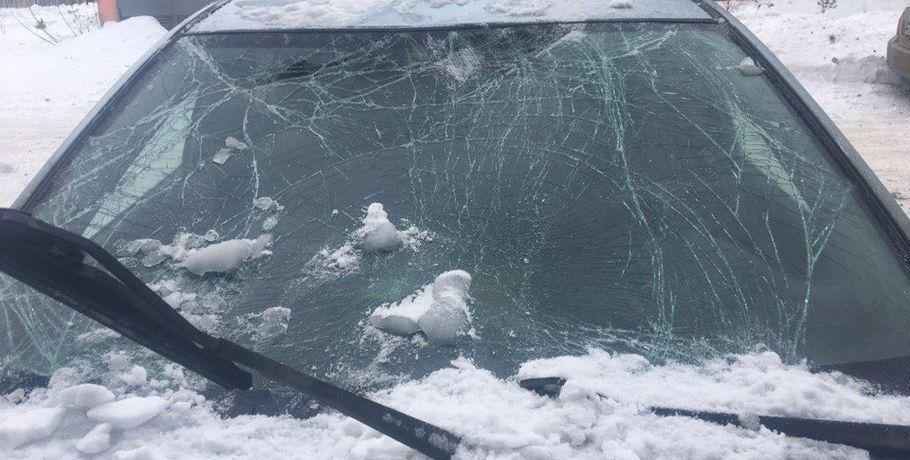 ВОмске упавший скрыши снег разбил две иномарки