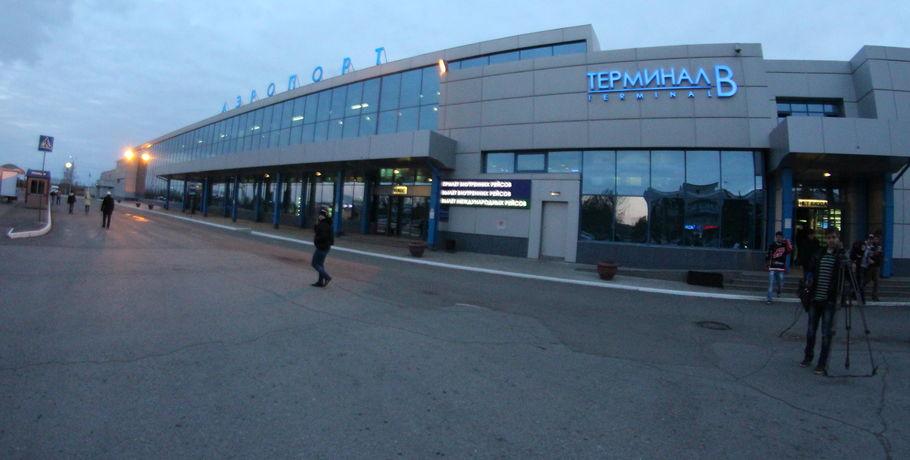 Погрузчик поломал капот мотора усамолета ваэропорту Омска