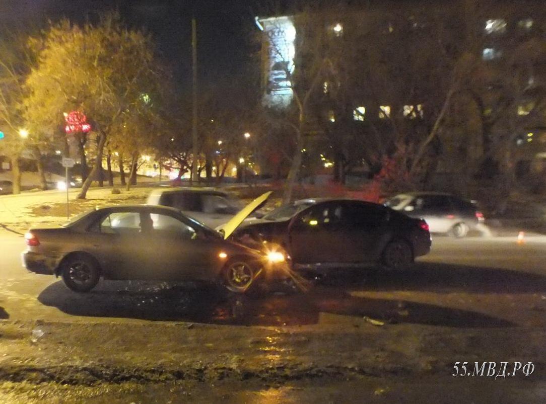 Вцентре Омска столкнулись три автомобиля, пострадали девочка, девушка иженщина
