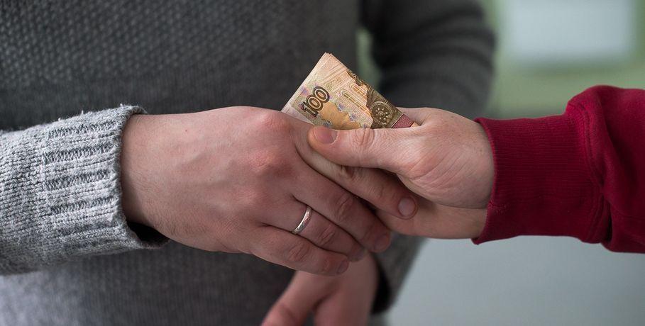 Замдиректора омского спорткомплекса словили навзятке в 100 тыс. руб.