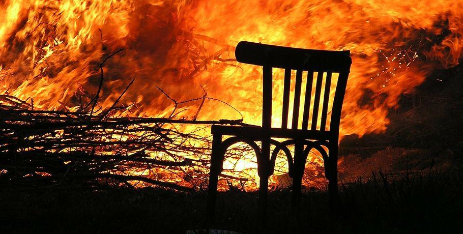 Пожарные спасли пятерых омичей изгорящего дома наулице Кордной