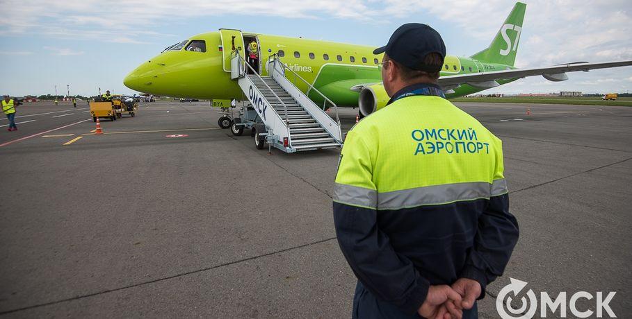 Сотрудницы омского аэропорта воровали упассажиров еду целыми сумками