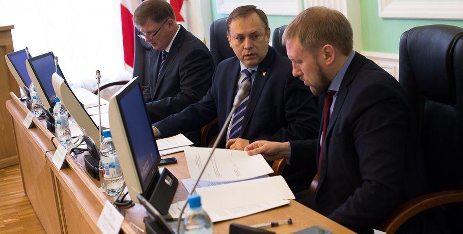 ВОмском горсовете наплатной основе пока начнут работать три депутата