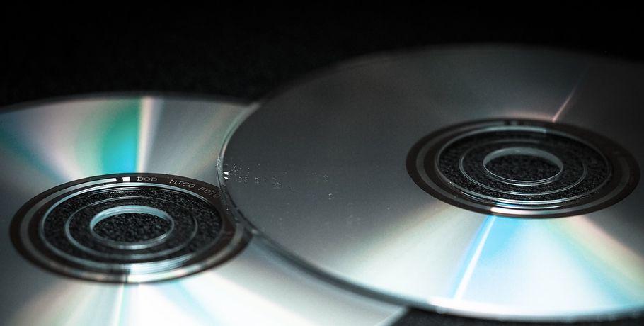 Молодой омич похитил cвитрины магазина 7 дисков сиграми