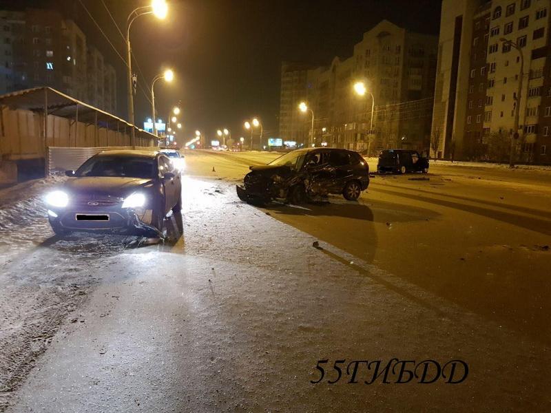 Вцентре Омска среди ночи произошла тройная авария