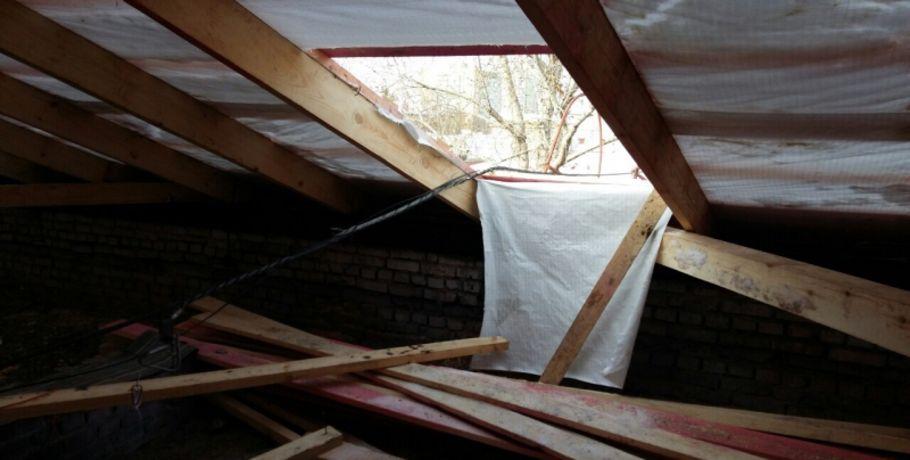 Гражданин Омской области упал скрыши пятиэтажки, когда чистил снег
