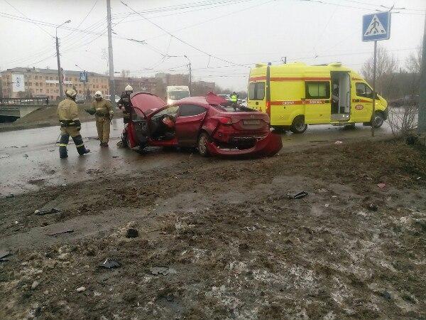 Нетрезвый молодой шофёр автомобиля Хюндай Elantra врезался встолб уомского Телецентра