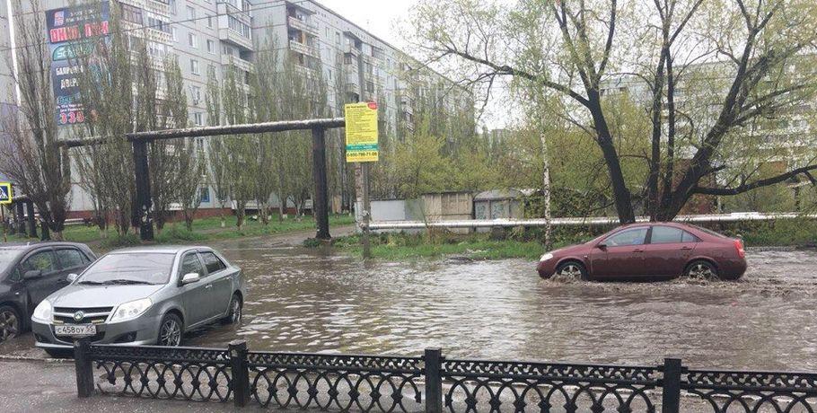 Майский дождь в Омске: пострадавшие машины и затопленные улицы