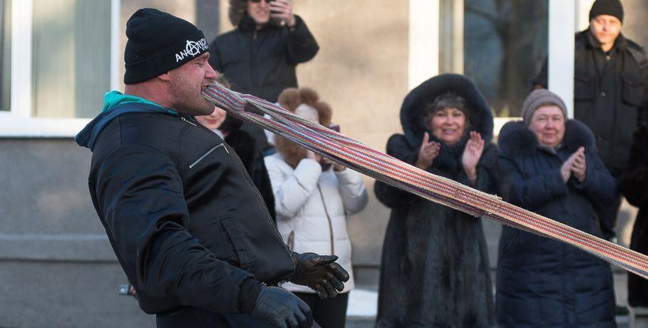 В Омске силач протащил зубами автобус. Видео #Спорт #Новости