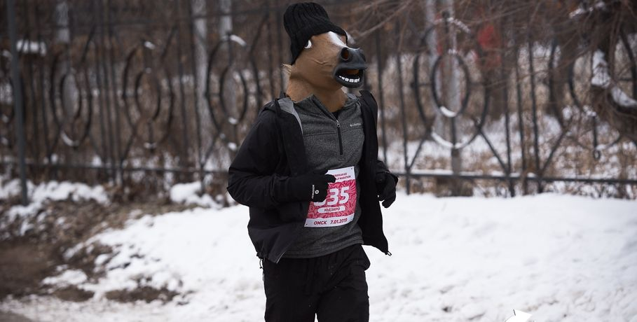 Японец пробежал по центру Омска в маске коня    #Спорт #Новости