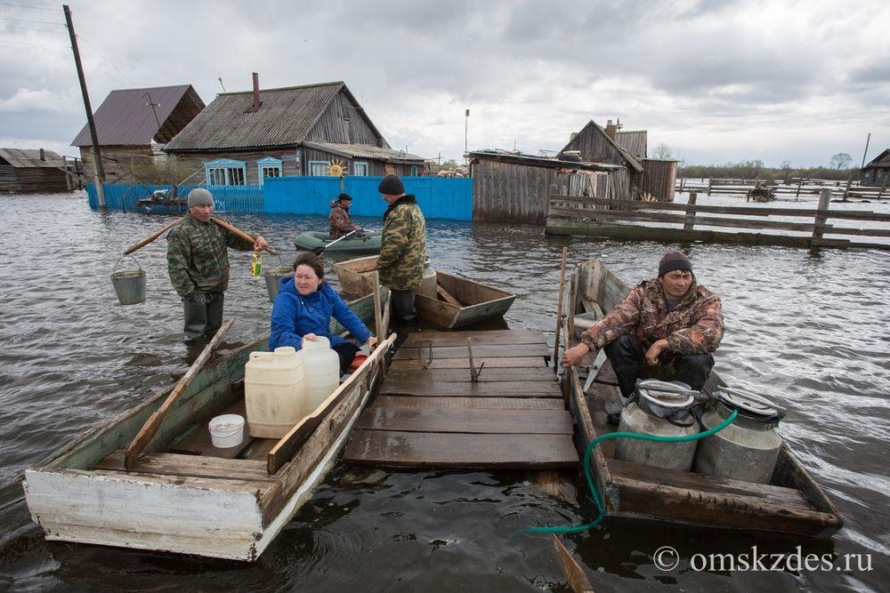 Жители села Эбаргуль Усть-Ишимского района набирают питьевую воду