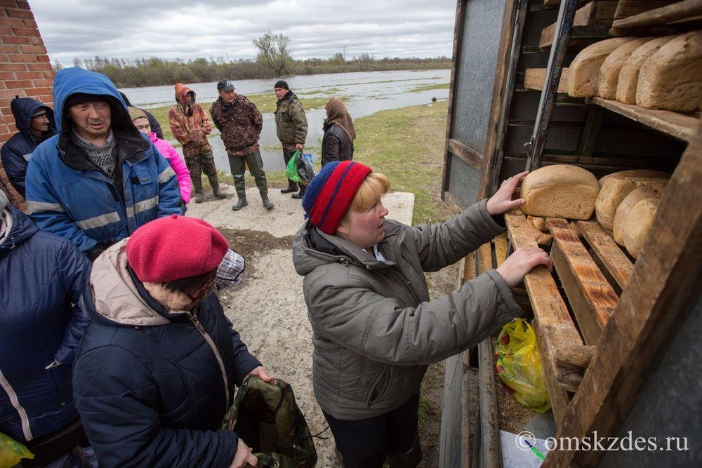 Подвоз хлеба в село Эбаргуль, пострадавшее от паводка в результате весеннего разлива Иртыша