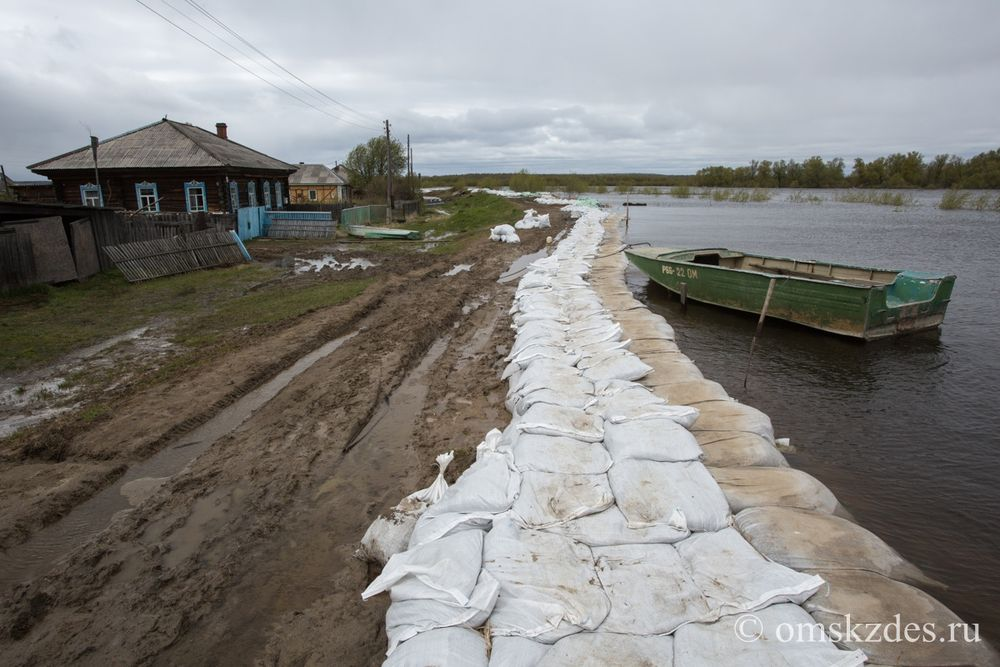 Дамба на улице Ишимская в селе Усть-Ишим