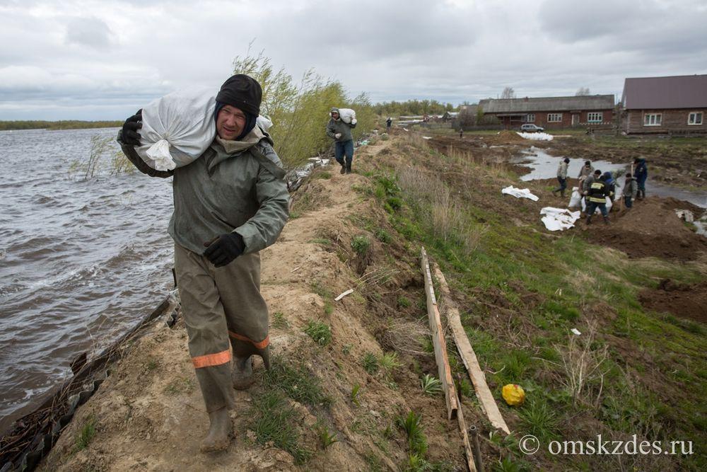 Усть-Ишим.Бригада МЧС укрепляет дамбу со стороны реки Иртыш между улицами Иртышская и Тухачевского