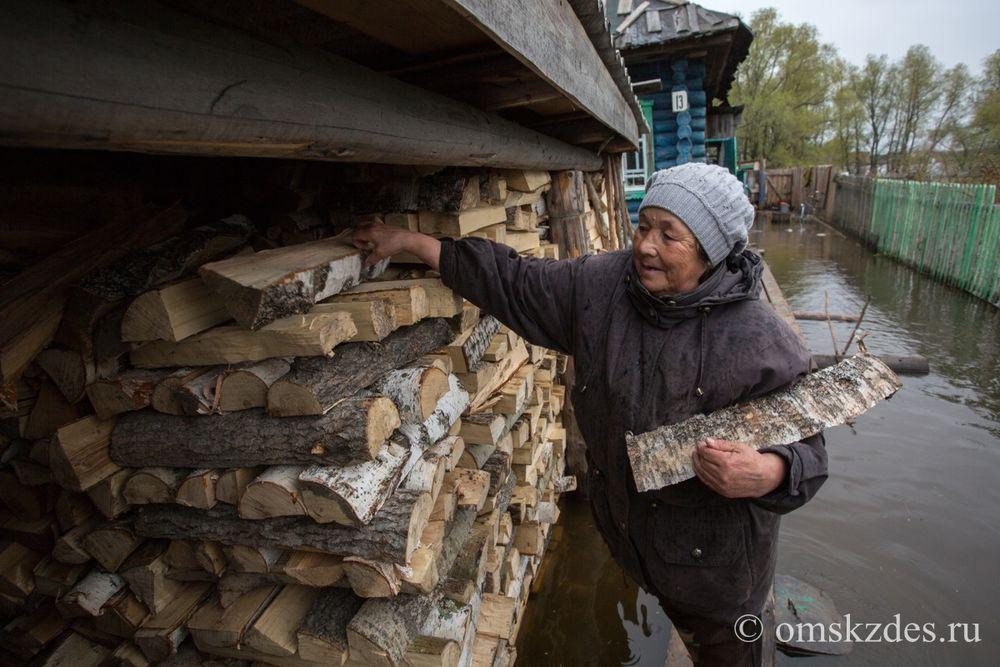 Усть-Ишим.Подтопленное приусадебное хозяйство на улице Советская