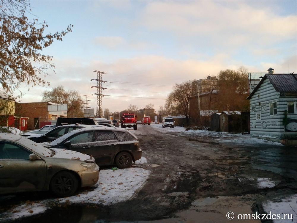 Впроцессе пожара наомском СТО пострадал человек, исгорели 5 иномарок