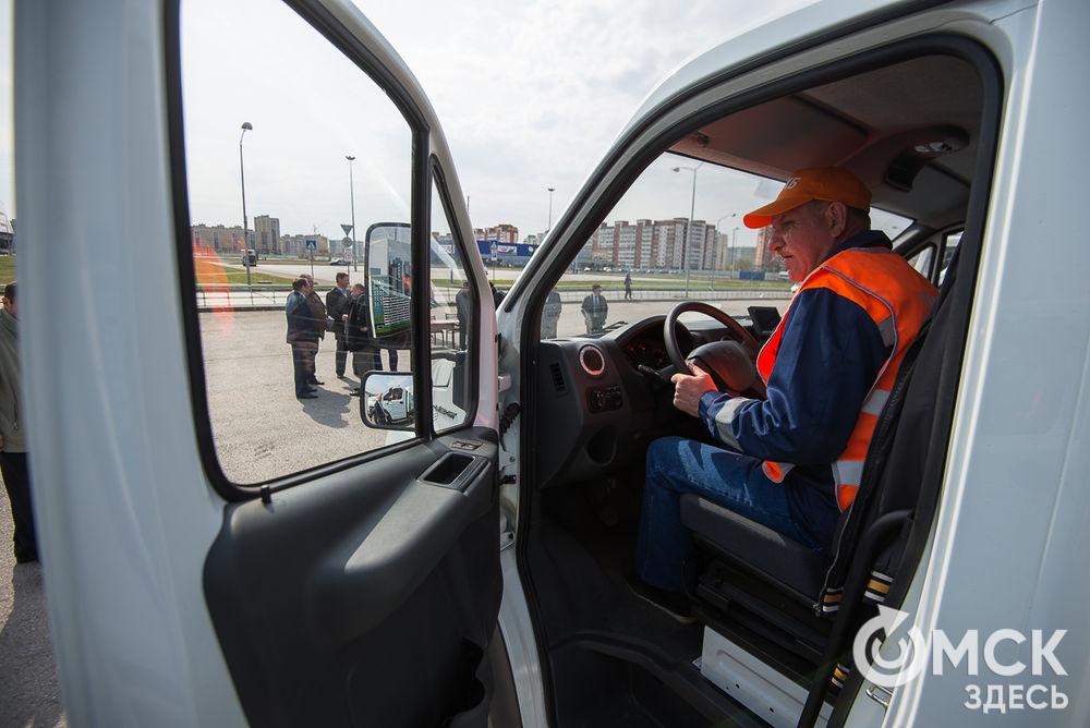 Омским коммунальщикам торжественно презентовали новые самосвалы идорожные пылесосы