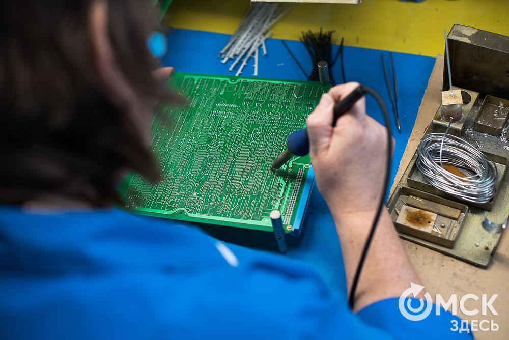 """Студентам омского колледжа провели экскурсию на НПО """"МИР"""". Подробности здесь . Фото: Илья Петров"""