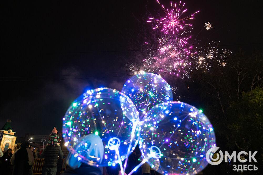 15-минутный фейерверк над Соборной площадью завершил празднование 305-летия Омска. Фото: Илья Петров